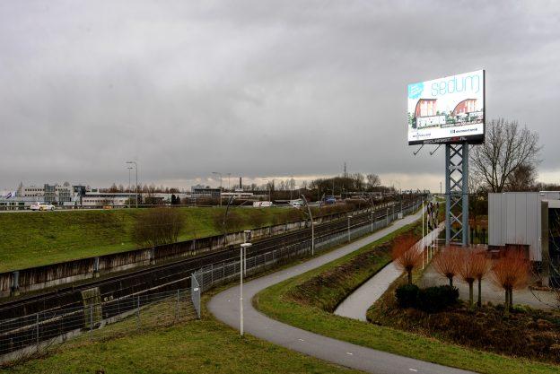 Deze reclame van Sedum langs de A15 is niet te missen