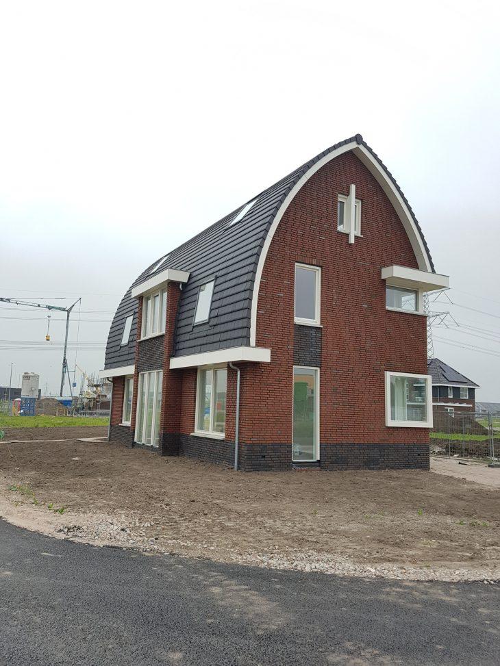 De woning met de gebogen kap is ontworpen met het doel veel licht en ruimte te creëeren.