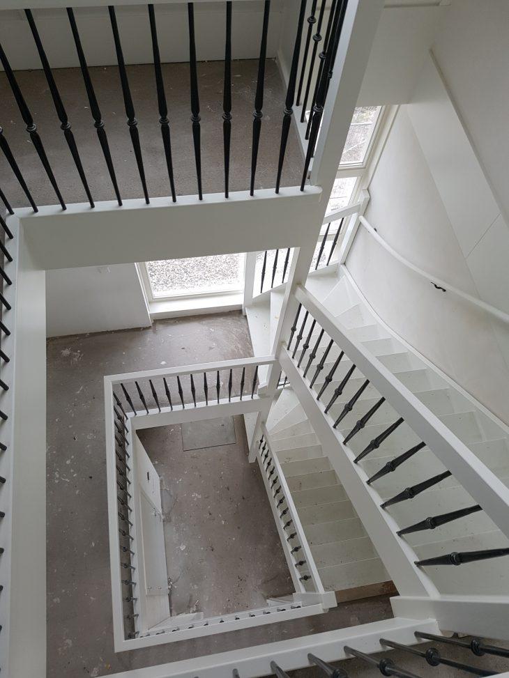 De entree van de woning in de zijgevel heeft een mooie open vide gekregen wat naar boven toe veel licht geeft.