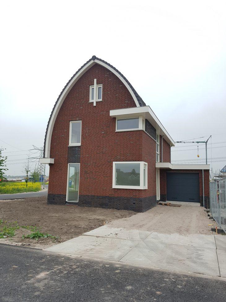De entree van de woning ligt aan de zijkant van het huis.